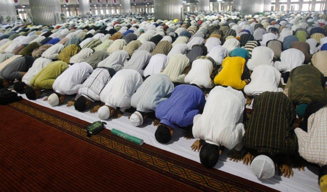 Проблема соединения стоп молящихся во время коллективной молитвы