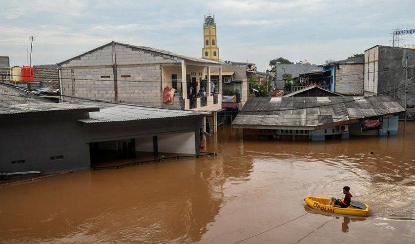 В Индонезии мечети открыли двери для пострадавших от наводнений