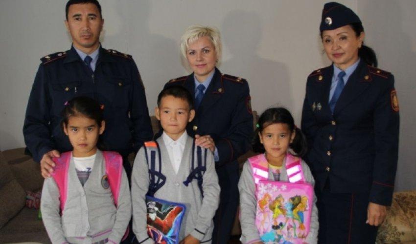 Астаналық полицейлер тұрмысы нашар отбасылардың балаларын мектепке дайындады